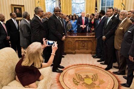 Revuelo por la pose de una asesora del presidente Trump en el Salón Oval