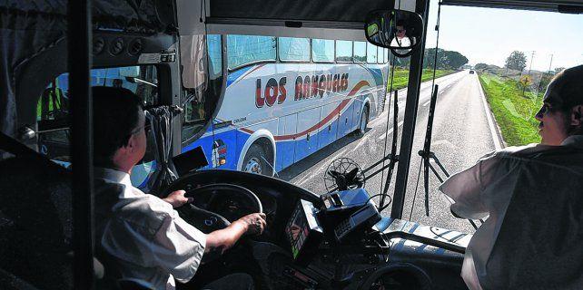 En viaje. En el apacible trayecto hacia Casilda en la ruta 33 la unidad de Tata se encontró con un servicio de Los Ranqueles que venía para Rosario.
