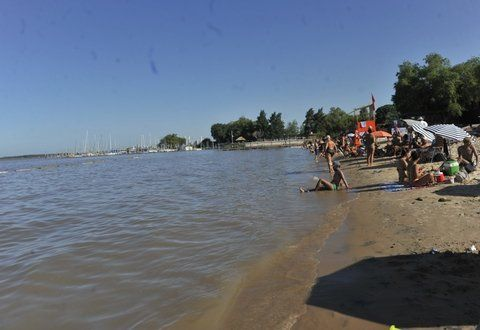 conciencia. Ayer la mayoría de los bañistas respetó la restricción y no entró al agua en unos 100 metros de costa.