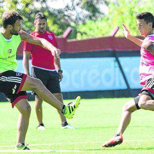 Al medio. Juan Ignacio Sills patea ante la marca de Fértoli en el entrenamiento de ayer. El volante es una fija entre los titulares.