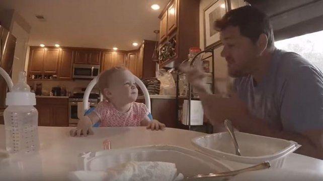 Kevin Nadrowski le canta a la pequeña Bayleigh.