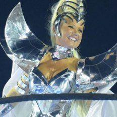a los 53 anos xuxa dio rienda suelta a sus curvas en el carnaval de rio de janeiro
