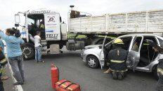 El Corsa terminó su marcha contra las ruedas del camión.