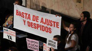 La oposición llevó carteles para protestar contra las políticas del gobierno nacional.