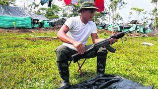 Transición. Un miembro de las Farc limpia su fusil