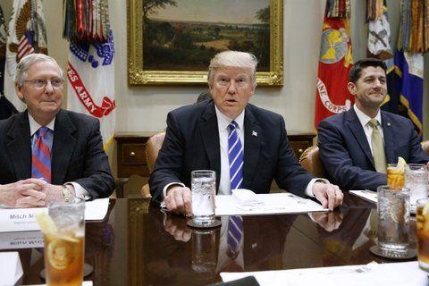 ¿Tono moderado? El mandatario estadounidense se reunió con los líderes republicanos del Congreso.