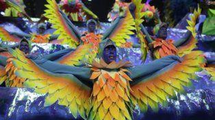 Ecologista. Bailarines vestidos como peces desfilan en el Sambódromo.