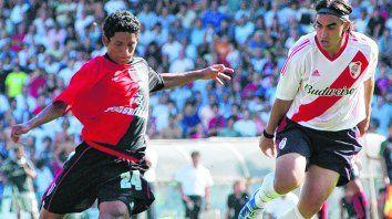 Antes del gol. Billy Rodas a los 16 años, en la Lepra, seguido por Claudio Husaín, contra River en 2002.