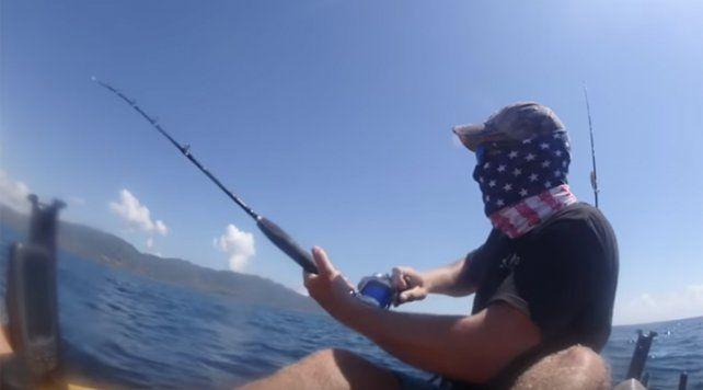 El susto de un pescador al atrapar un gran pez que lo paseó por el mar en su embarcación