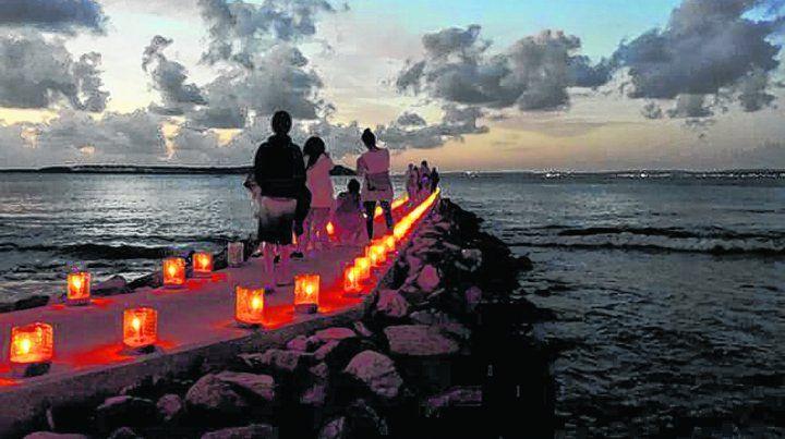 Luces y sombras junto al mar. El ritual de los vecinos de Punta del Este dura hasta que las velas comienzan a apagarse.