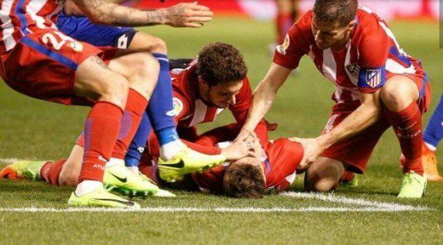 Susto grande. Los jugadores de ambos equipos se preocuparon cuando Torres cayó inerte en el césped.