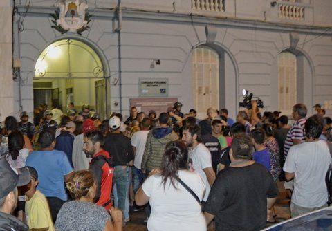 Tensión. Familiares de los detenidos insultaron a la policía a medida que se iban enterando de los nombres de los fallecidos frente a la seccional céntrica.