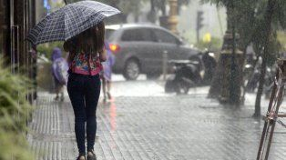 La temperatura bajó cinco grados y las lluvias intermitentes seguirán hasta la noche