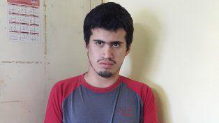 El joven alojado en la subcomisaría 4ª de Piñero viste remera gris y roja