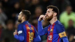 Messi se dirigió a la tribuna del Barça con este gesto.