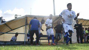 A la cancha. Emanuel Andrada y Cristian Iramaz encabezan la salida salaíta para jugar.