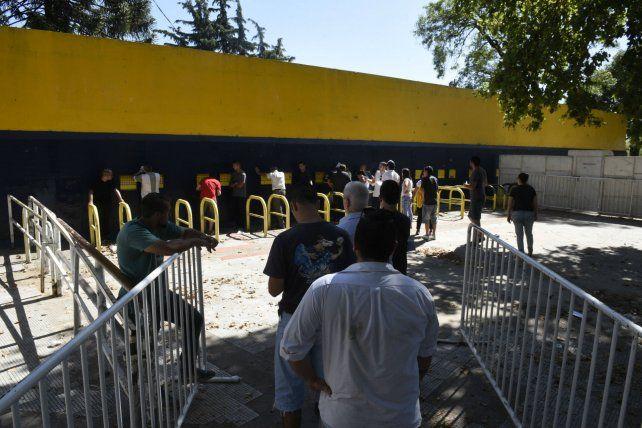 Respaldo. Empleados que venden entradas en los estadios acompañan el paro de los futbolistas.