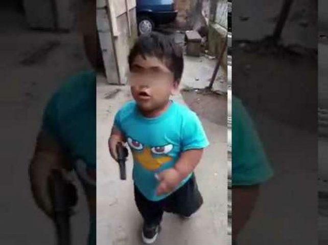 El video de un niño simulando un robo se viralizó y causa indignación en las redes sociales
