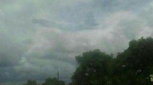 Conmoción por una figura humana que apareció en el medio de un cielo totalmente nublado