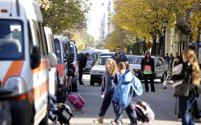 No estacionar. Sólo está permitido realizar una detención transitoria para permitir el ascenso y descenso de personas.