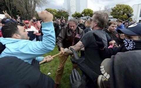 Choques y altercados. Partidarios y detractores de Trump se enfrentaron a golpes en Berkeley