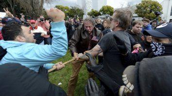 Choques y altercados. Partidarios y detractores de Trump se enfrentaron a golpes en Berkeley, California.