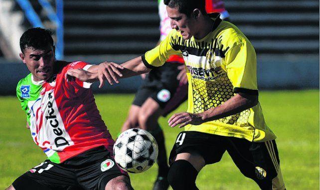 Disputado. Rodríguez (Alianza) y Cuberli (San Jorge) luchan por la posesión del balón.