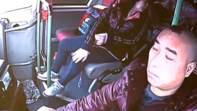 Un video muestra el momento en el que el chofer de un micro se duerme y provoca un choque