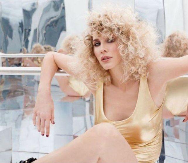 Guillermina Valdés promociona su nueva colección de zapatos.