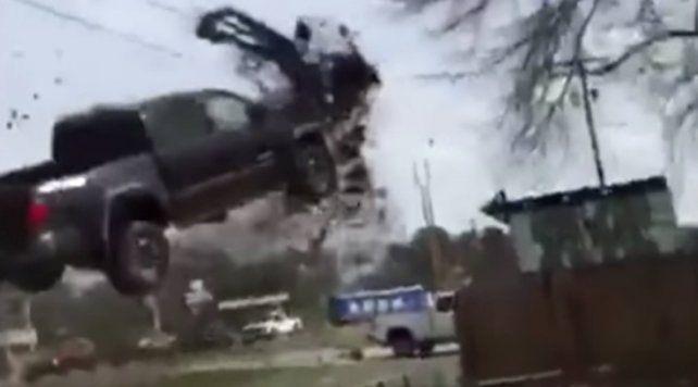Quiso evitar un control policial y voló por el aire con la camioneta robada