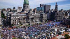 Una masiva manifestación de maestros se congregaron en la Plaza de los dos Congresos en el inicio del paro nacional de 48 horas.