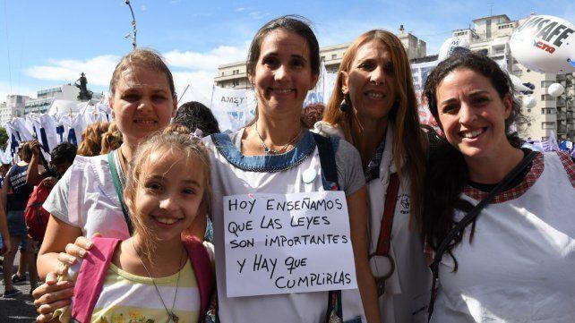 Multitudinaria marcha de docentes en reclamo de la paritaria nacional en Buenos Aires