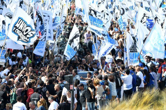 La masiva convocatoria a la marcha docente superó la expectativas de los organizadores.