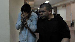Uno de los acusados por el crimen de Jonatan Herrera en 2015 oculta su rostro.