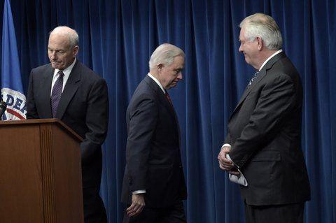 Retoque. Miembros del gabinete de Trump anuncian a la prensa que el veto migratorio entrará en vigor el 16 de marzo.