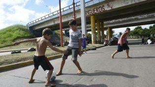 Chicos aprevechan el corte de tránsito para jugar a la pelota en España y Circunvalación.