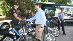 Esta mañana el ministro entregó en Santa Fe nuevos móviles para la Unidad Regional I, Policía de Acción Táctica y Buzos Tácticos.