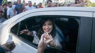 Aliento militante. Cristina Kirchner fue vivada por sus seguidores al llegar a los Tribunales de Comodoro Py.