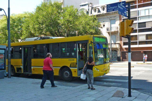 El micro de la línea 153 fue interceptado por los móviles policiales en la esquina de Pellegrini y Balcarce. (Foto de archivo)
