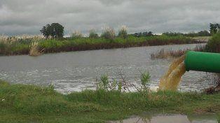 En Melincué estamos igual que con La Picasa, el agua está a punto de cortar la ruta 90