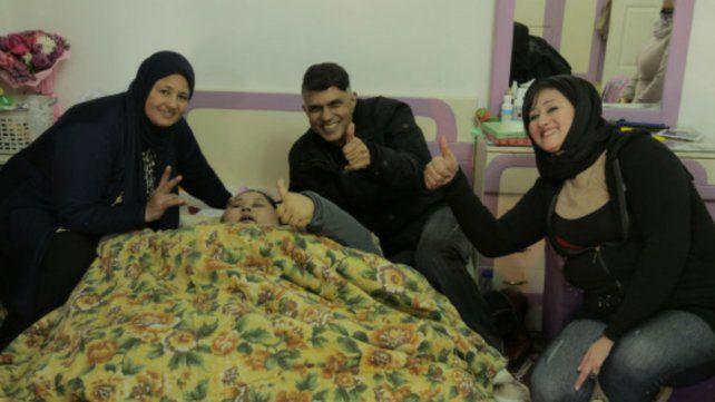 Eman Ahmed Abd El Aty y sus familiares poco antes de la intervención.