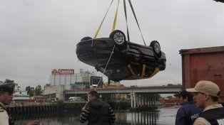Una grúa rescató al taxi Fiat Siena que se precipitó al Riachuelo en el barrio porteño de Barracas.