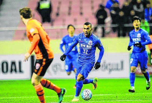 Carlitos oriental.Tevez juega en el equipo Shanghai Shenhua y sus partidos son televisados para Argentina.