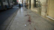 La parada de colectivos de Maipú y San Juan y los rastros que dejó uno de los heridos