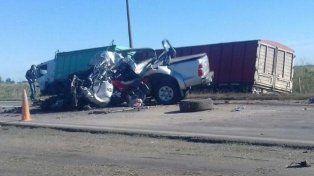 La camioneta Toyota Hilux impactó contra un camión Mercedes Benz.
