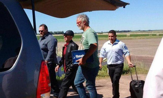 El Indio Solari arribó ayer al aeropuerto de Olavarría. Mañana brindará otro de sus convocantes recitales.