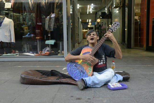 El artista que se hizo conocido en la peatonal Córdoba presenta su primer álbum en Vorterix.