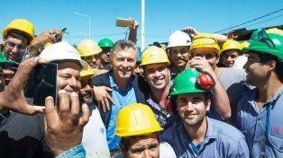 Para el Facebook. Macri posó junto a los empleados y luego posteó esta foto en la red social.