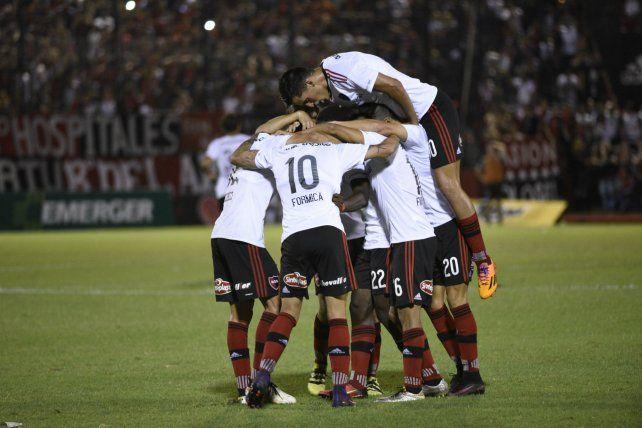 Festejo. Los jugadores van por el triunfo en Florencio Varela.