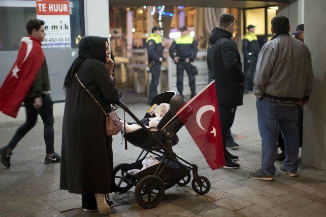 Polémica. Residentes turcos en Holanda intentaron en vano llegar hasta el consulado de su país en Rotterdam